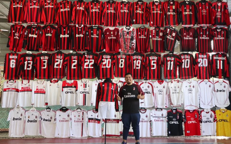 Malesia, tifoso rossonero ha una collezione con oltre 200 maglie ...